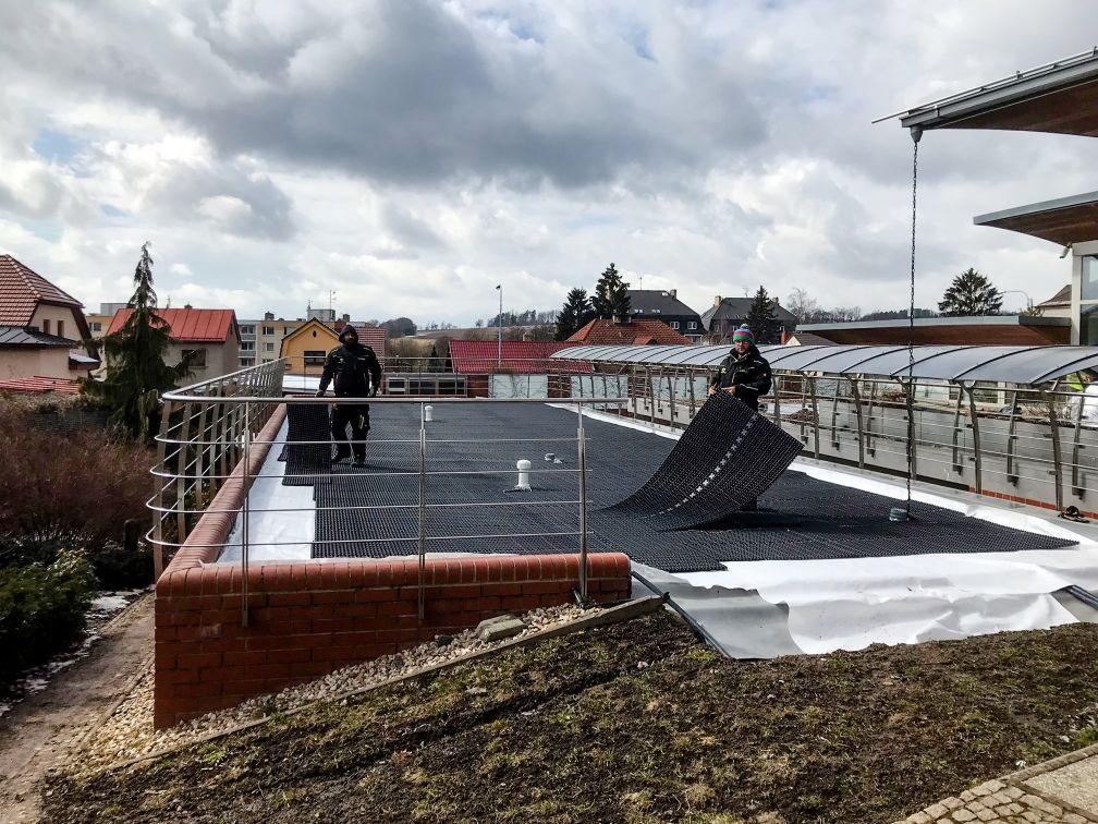 Jaro už je tu a my naplno sázíme zelené střechy
