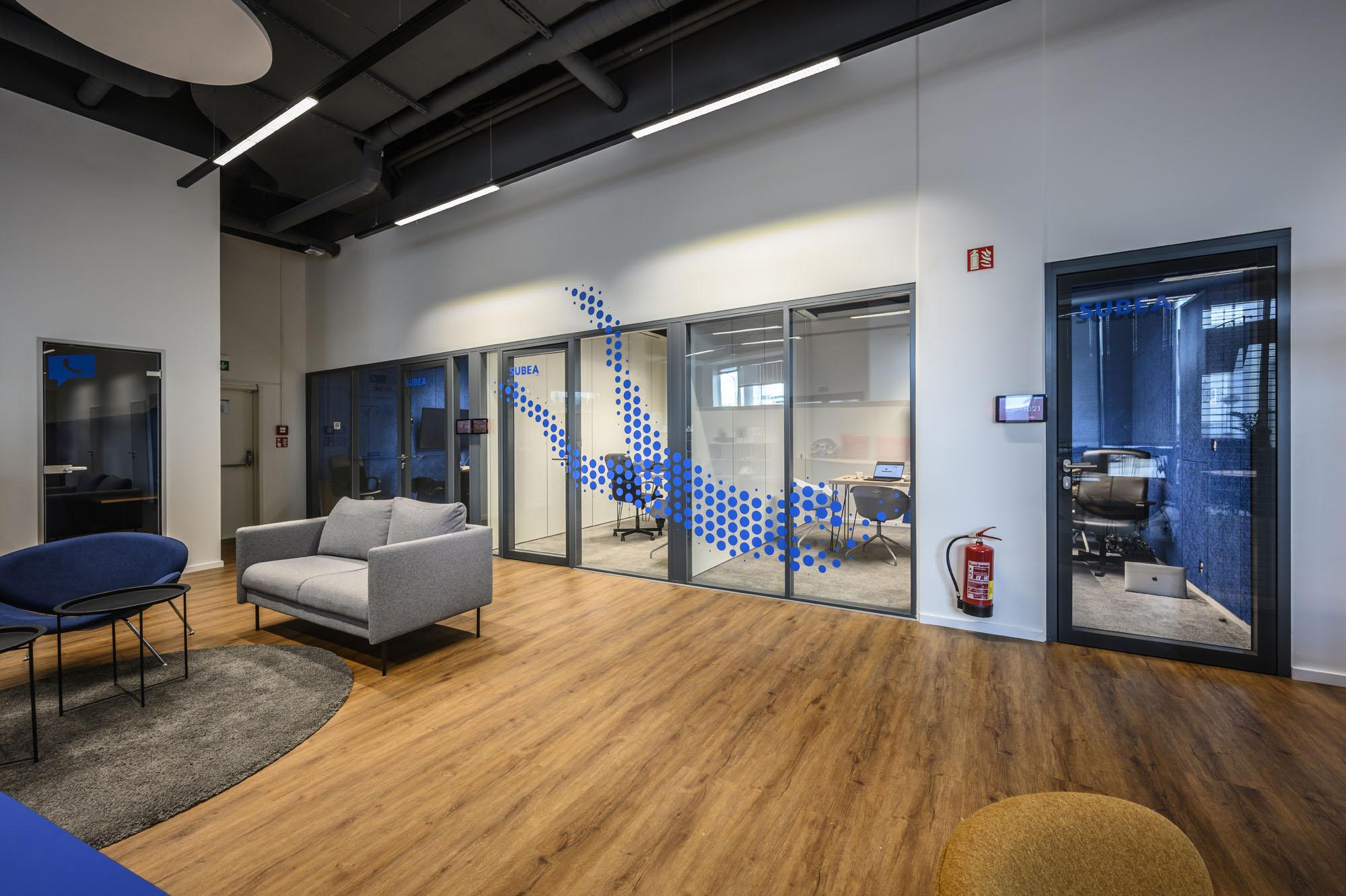 Flexibilná moderná kancelária s grafickými prvkami rôznych športov
