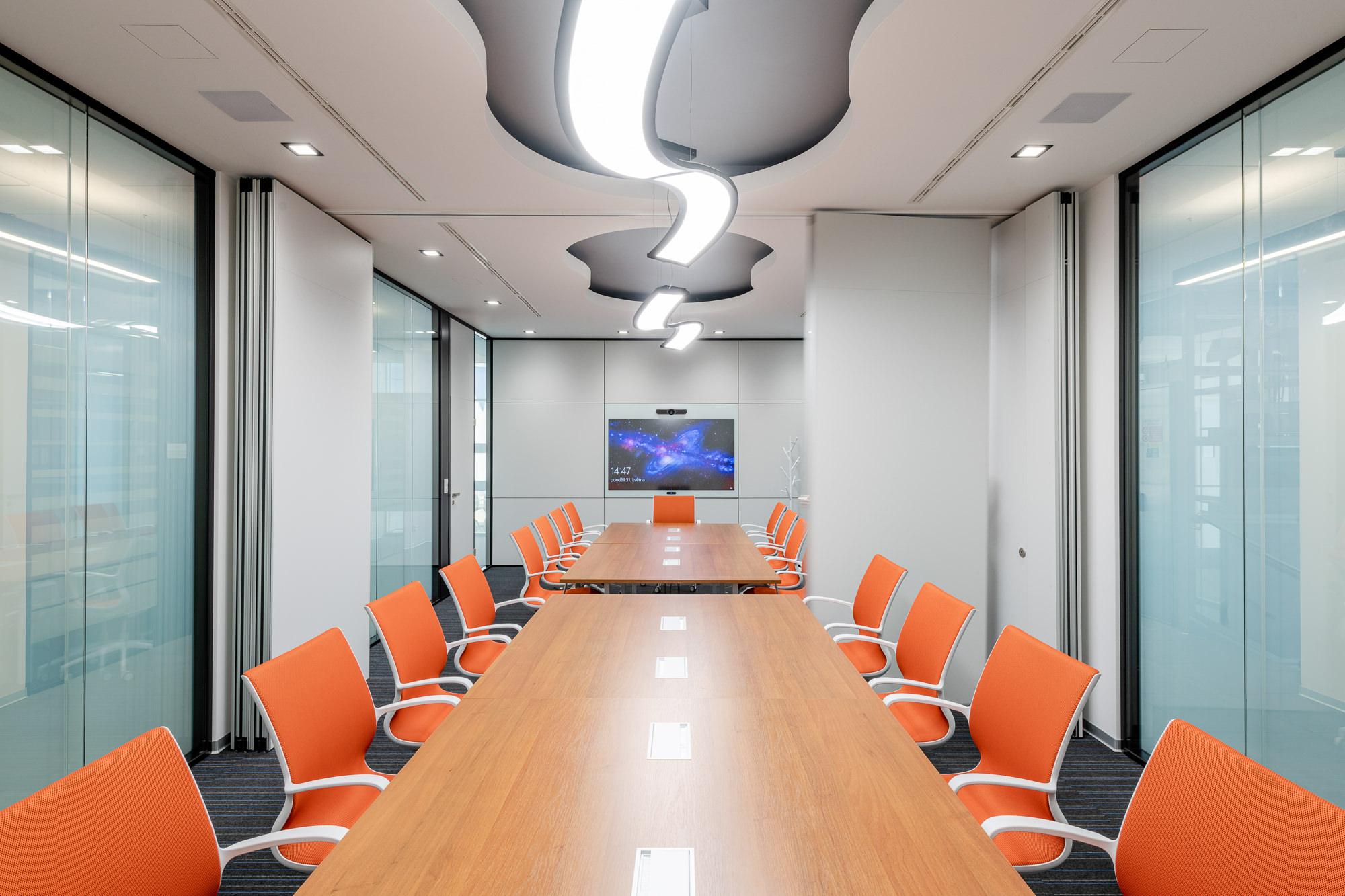 Moderný a nadčasový interiér kancelárií